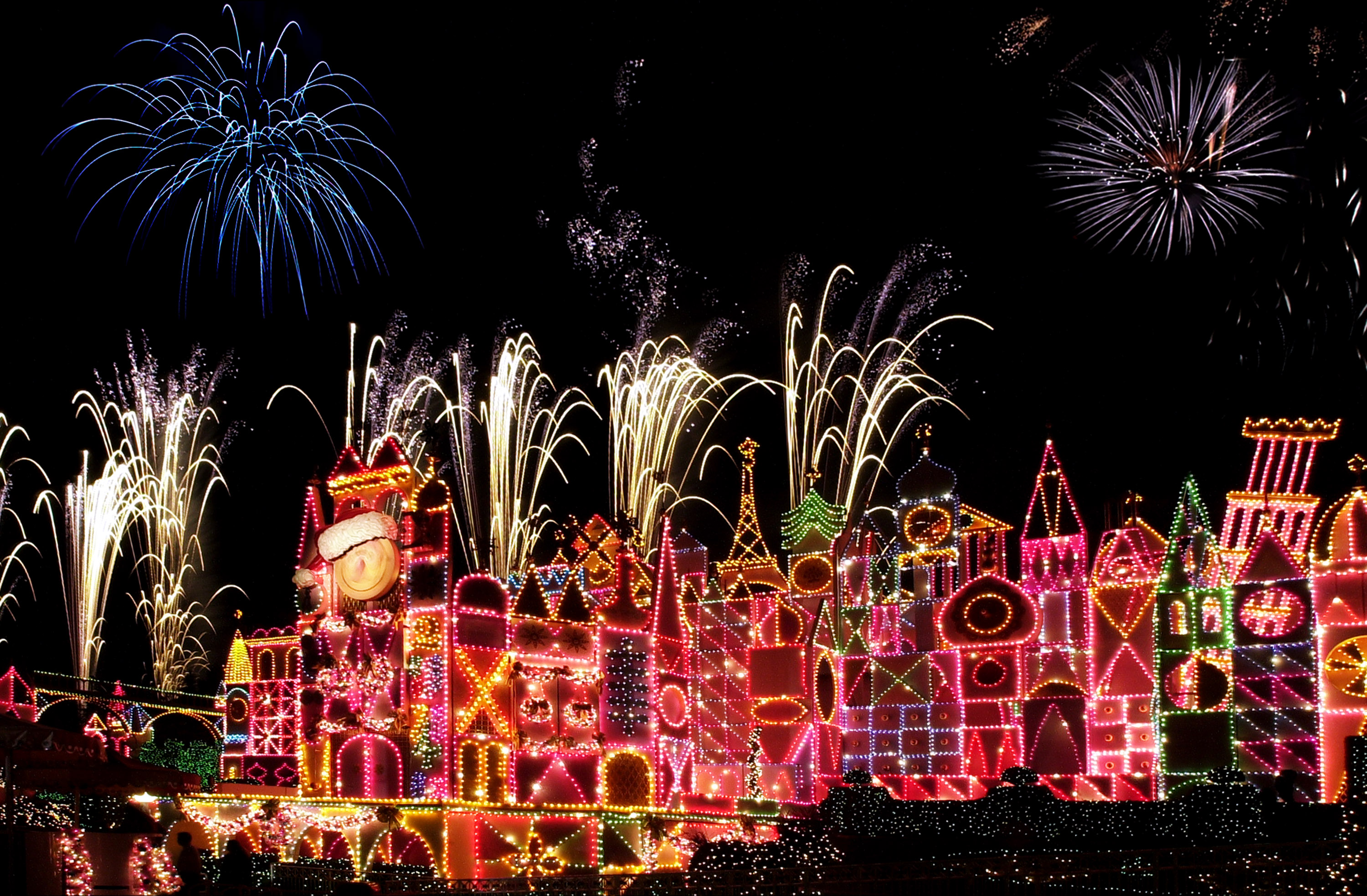 8 Must Dos for Those Visiting Disneyland This Holiday Season